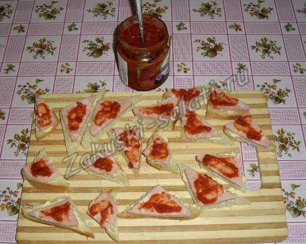 смазываем икрой из перца и кетчупа
