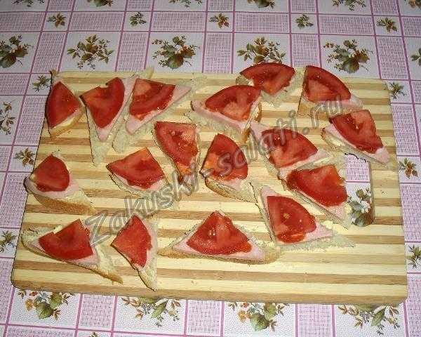 режем помидоры для канапе