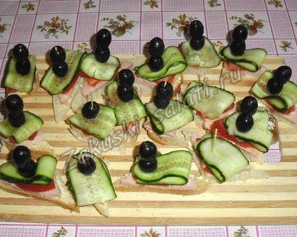 добавляем к канапе маслины
