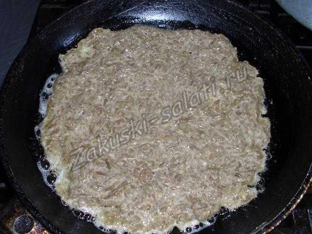 выкладываем смесь на сковороду
