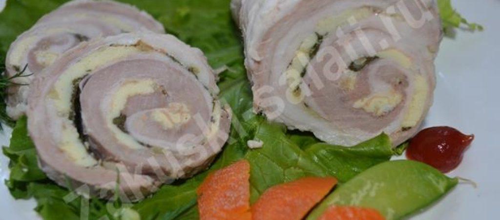 Домашний рулет из свинины с яйцом и зеленью