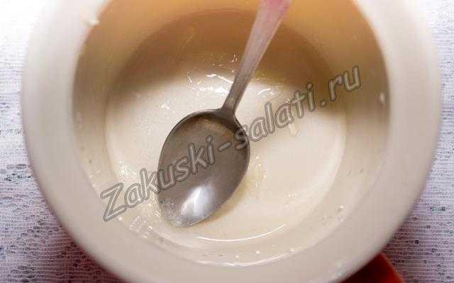 растираем сахар и лимонный сок