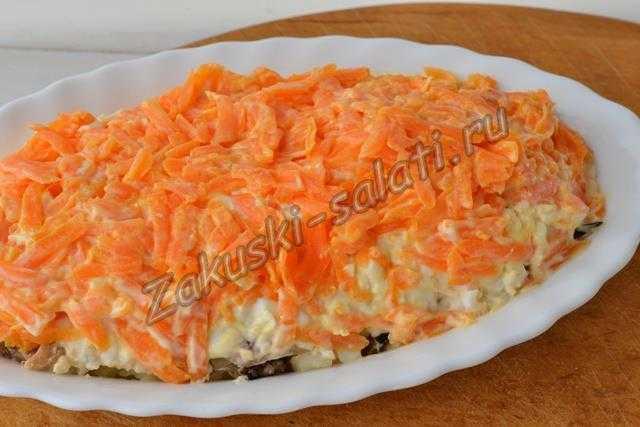 слой тертой морковки