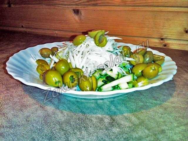 разрезаем оливки
