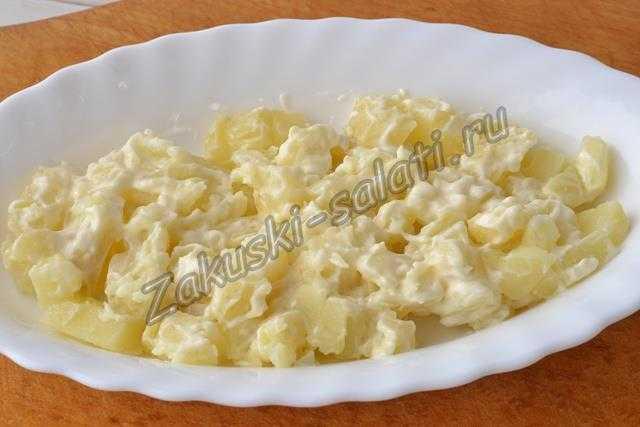 первый слой - картофель с майонезом