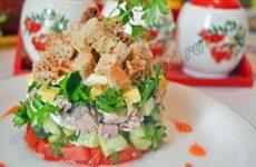 Слоеный салат с мясом и сухариками