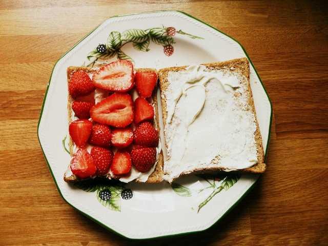 бутерброд с клубникой