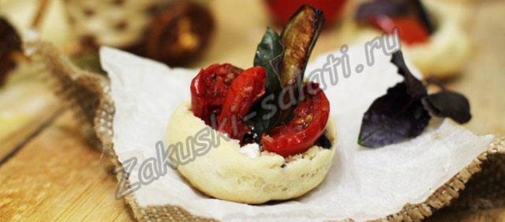 Закуска из оливковой булочки с баклажаном, вялеными помидорами, сыром «фета»