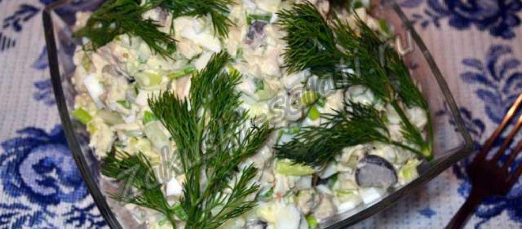 Салат с маринованными грибами, курицей и свежим огурцом