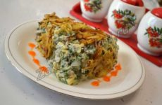Салат с курицей, жареным картофелем и свежим огурцом