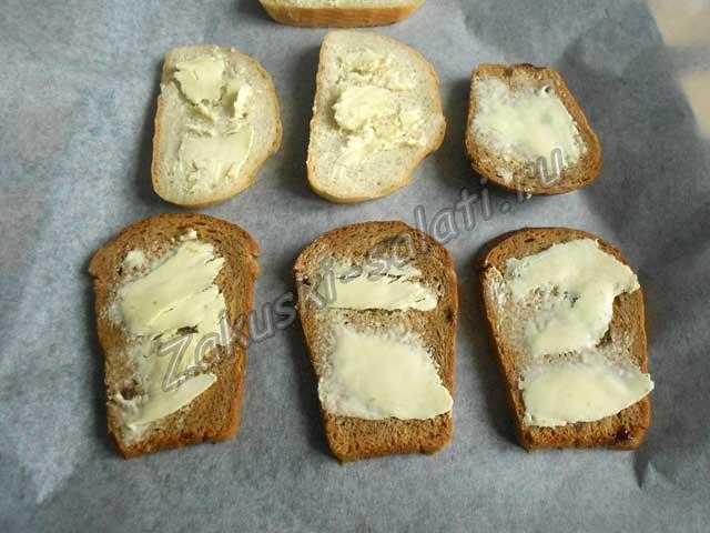 выкладываем нарезанный хлеб