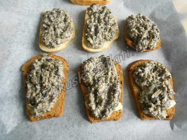 поверх хлеба грибную икру