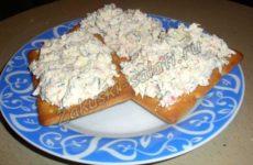 Закуска на крекерах с крабовыми палочками, яйцом и сыром