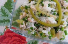 Салат с маринованной черемшой, курицей и рисом