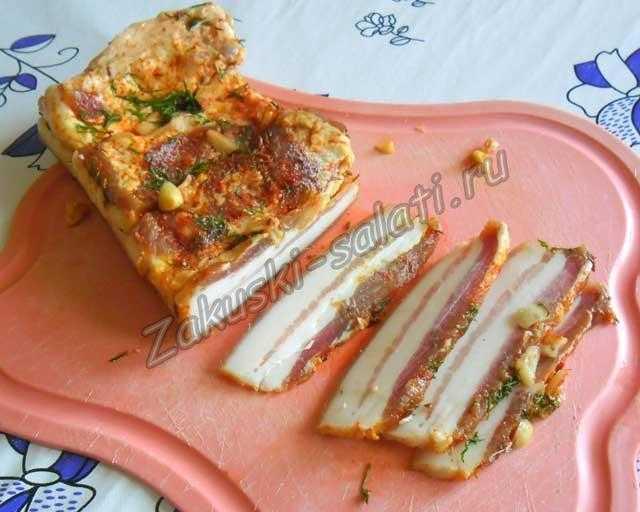 соленое сало с чесноком и паприкой