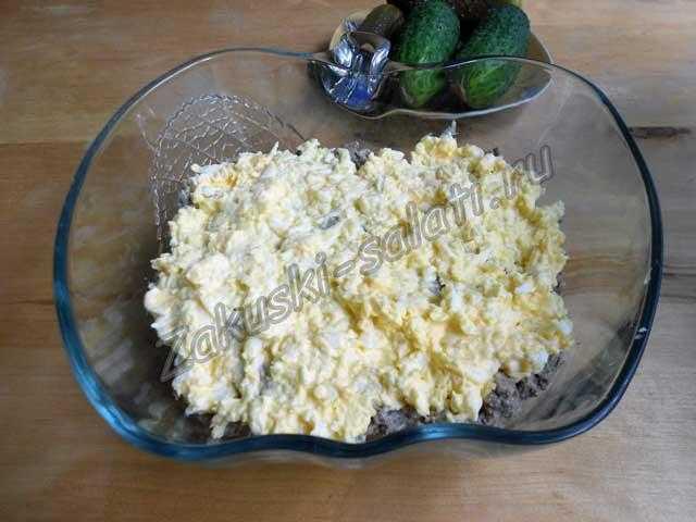 слой яиц с майонезом