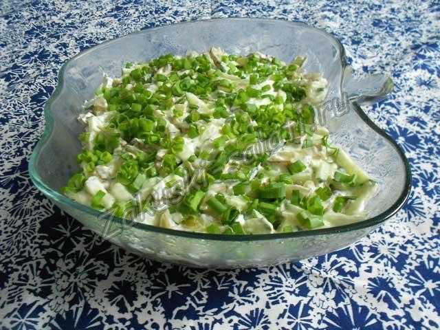 Слоеный салат с куриной печенью и грибами