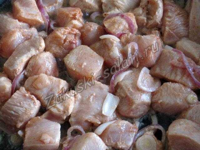 выкладываем маринованное мясо