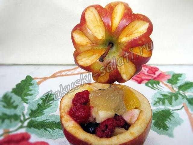 салат в яблоке
