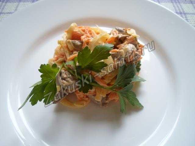 салат с морковкой и куриными сердечками