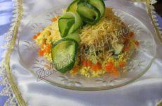 Салат «Вкусняшка» с грибами и курицей