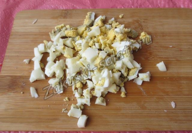 режем вареные яйца