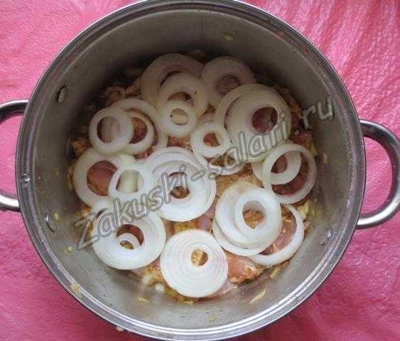 выкладываем мясо вперемешку с луком