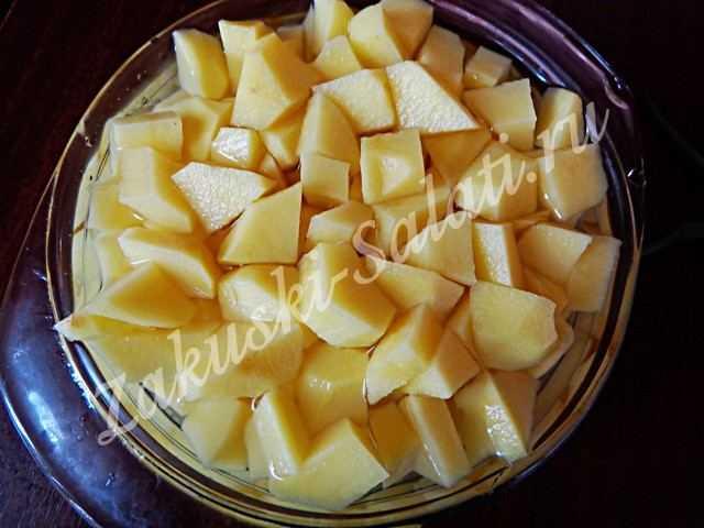 чистим от кожуры картофель и режем на небольшие кусочки