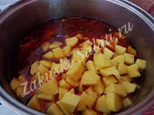 После того как сварится свекла в кастрюлю добавим картофель