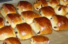 Вкусные булочки с изюмом из дрожжевого теста