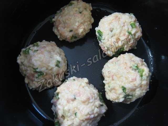 Скатайте рисовые шарики и приготовьте их в мультиварке