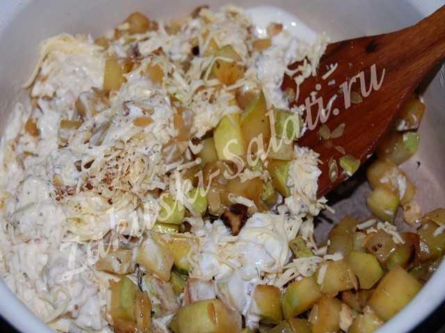 Приготовленные овощи смешать со сметанной подливой