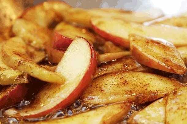 нарезанные пожаренные яблоки