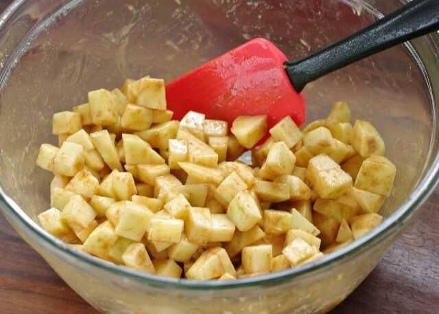 Яблоки нарезать и притрусить корицей