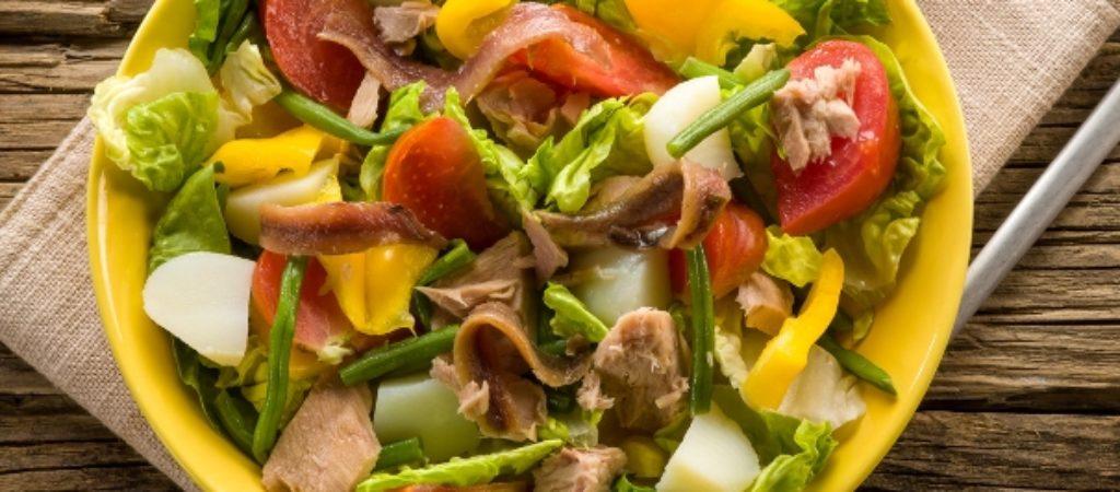 Салат Нисуаз с тунцом, картофелем и свежим огурчиком