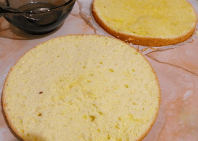 Разрезать бисквит на коржи