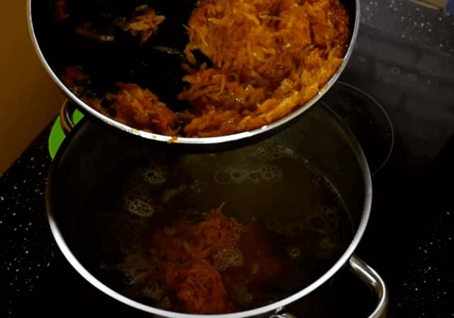 добавляем капусту в бульон