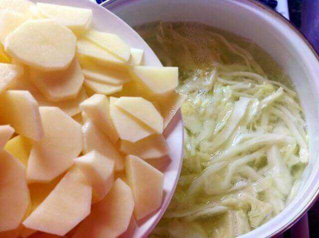 добавляем картофель к капусте